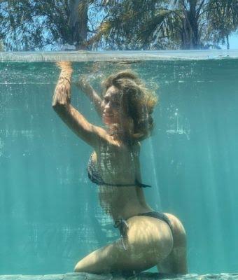 De espalda y bajo el agua, Rocío Guirao Díaz posó sonriente con una bikini de lurex (súper brillante)
