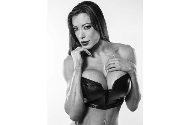 Pamela Pombo subió la temperatura al invierno con una foto en body y de espaldas entre sacos de boxeo