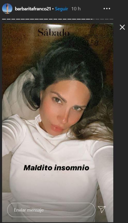 """Barby Franco (acostada) hace trompita, molesta por no poder dormir: """"Maldito insomnio"""""""