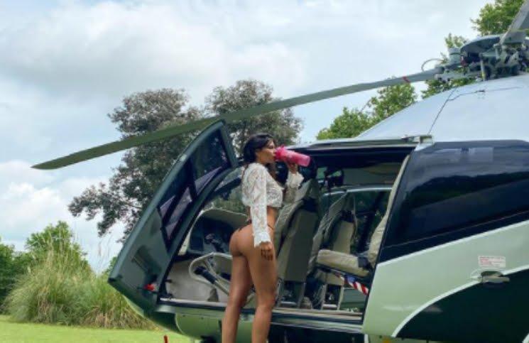 """En colaless y arriba de un helicóptero, la extravagante foto de Barby Franco """"tomando vuelo"""""""